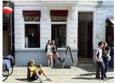 Mijn zusje en ik voor onze winkel in China Town